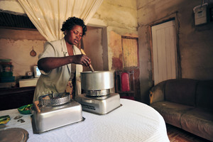 3_woman_cooking_food_on_ethanol_stove_maputo_mozambique