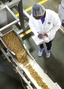 Bnf_s_inspecting_granola