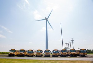 Indiana_wind_turbine_w_buses_freihofer_2017